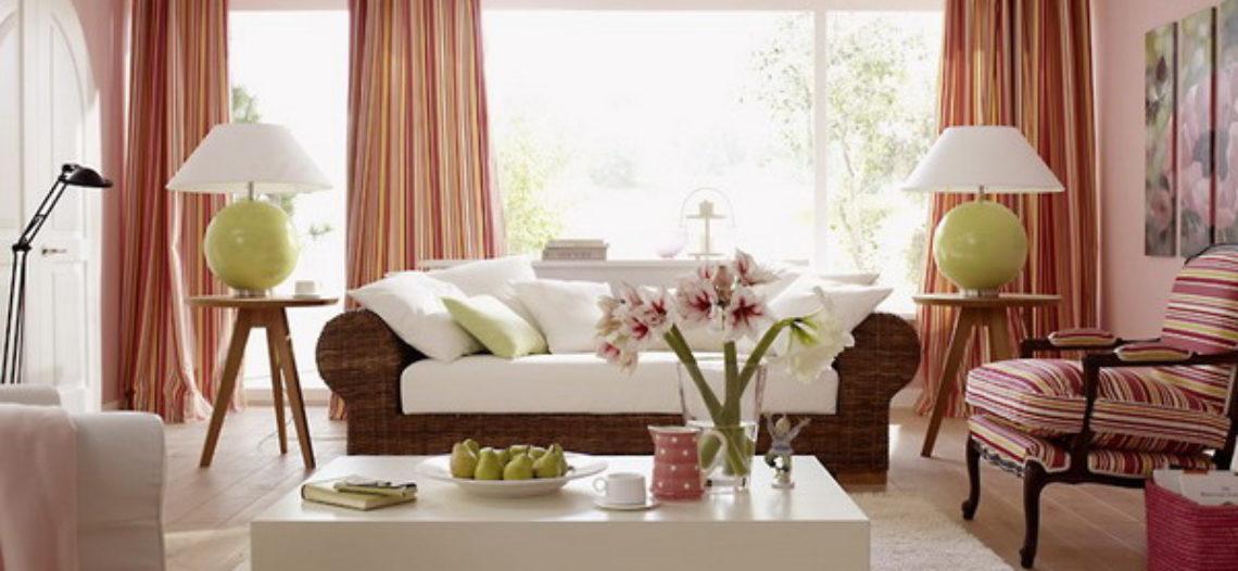 Bàn trà gỗ phòng khách đơn giản mà ấm cúng