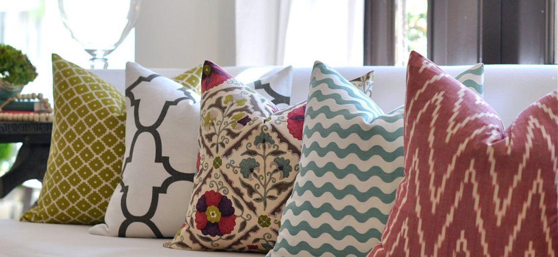 Kết hợp gối ôm màu sắc cho ghế sofa thêm bắt mắt