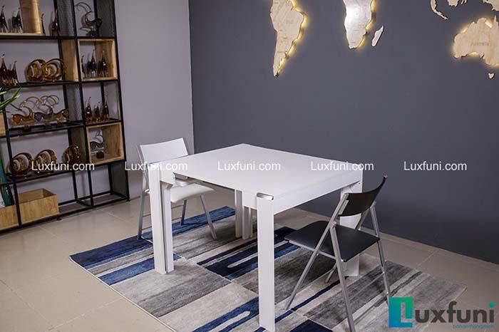 Chiếc bàn màu trắng mộc mạc